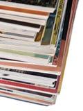 Stapel alte Zeitschriften auf einem Weiß Lizenzfreies Stockbild
