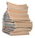 Stapel alte Zeitschriften auf einem Weiß Stockbild
