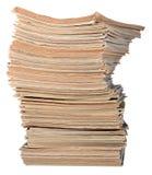 Stapel alte Zeitschriften auf einem Weiß Lizenzfreies Stockfoto