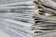 Stapel alte Zeitungen, Stapel von alten Zeitungen stockfotografie