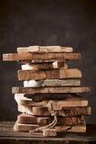 Stapel alten und der Weinlese hölzerne Schneidebretter Lizenzfreie Stockbilder
