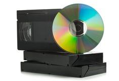 Stapel analoge Videokassetten mit DVD-Diskette Stockfotografie