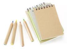 Stapel Anmerkungsbücher und farbige Bleistifte Lizenzfreie Stockbilder