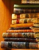 Stapel antieke boeken op plank royalty-vrije stock afbeeldingen