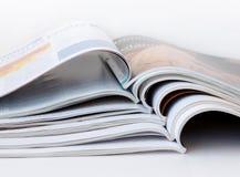 Stapel av öppna tidskrifter Arkivbild