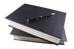 Stapel av böcker med bollpennan Arkivfoto