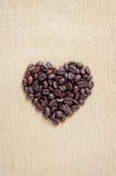 Stapel av bruna kaffebönor i hjärtaform Fotografering för Bildbyråer