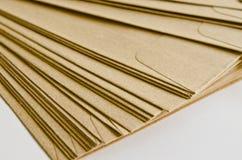 Stapel av bruna kuvert Arkivbilder