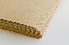 Stapel av bruna kuvert Arkivbild