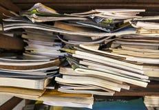 Stapel av gammala böcker Arkivfoton
