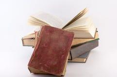 Stapel av gammala böcker Arkivfoto