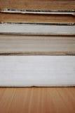 Stapel av gammala böcker arkivbilder
