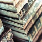 Stapel av gammala böcker gammala manuskript Fotografering för Bildbyråer