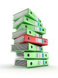 Stapel av gröna kontorscirkellimbindningar med en red Arkivbilder