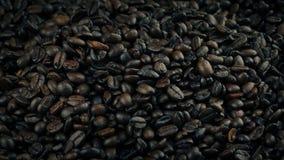 Stapel av grillade kaffebönor stock video