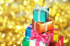 Stapel av lilla gåvor. (horisontal) fotografering för bildbyråer