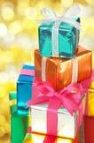 Stapel av lilla gåvor. (vertical) royaltyfria bilder