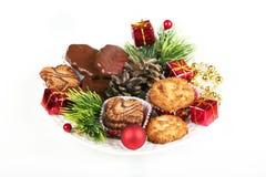 Stapel av olika kakor och julgarneringar Arkivfoto