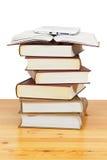 Stapel av paper böcker och e-boken Arkivfoton