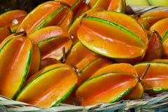 Stapel av stjärnafrukter i bambukorg Arkivbild