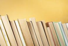 Stapel Bücher auf dem Holztisch Scheren und Bleistifte auf dem Hintergrund des Kraftpapiers Zurück zu Schule Kopieren Sie Raum fü Stockfoto