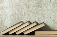 Stapel Bücher auf dem Holztisch Scheren und Bleistifte auf dem Hintergrund des Kraftpapiers Zurück zu Schule Kopieren Sie Raum fü Lizenzfreies Stockbild