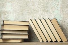 Stapel Bücher auf dem Holztisch Scheren und Bleistifte auf dem Hintergrund des Kraftpapiers Zurück zu Schule Kopieren Sie Raum fü Stockbild