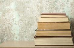 Stapel Bücher auf dem Holztisch Scheren und Bleistifte auf dem Hintergrund des Kraftpapiers Zurück zu Schule Kopieren Sie Raum fü Lizenzfreies Stockfoto