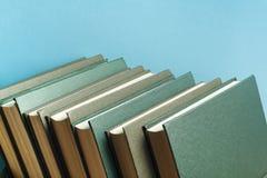 Stapel Bücher auf dem Holztisch Scheren und Bleistifte auf dem Hintergrund des Kraftpapiers Zurück zu Schule Kopieren Sie Raum fü Stockfotos
