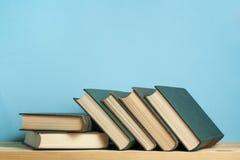 Stapel Bücher auf dem Holztisch Scheren und Bleistifte auf dem Hintergrund des Kraftpapiers Zurück zu Schule Kopieren Sie Raum fü Stockfotografie
