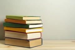 Stapel Bücher auf dem Holztisch Scheren und Bleistifte auf dem Hintergrund des Kraftpapiers Zurück zu Schule Kopieren Sie Raum fü Stockbilder