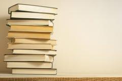 Stapel Bücher auf dem Holztisch Scheren und Bleistifte auf dem Hintergrund des Kraftpapiers Zurück zu Schule Kopieren Sie Raum fü Lizenzfreie Stockfotos