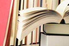 Stapel Bücher auf der Tabelle Stockfotos