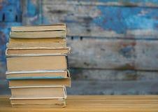 Stapel Bücher auf der Tabelle Lizenzfreie Stockfotografie