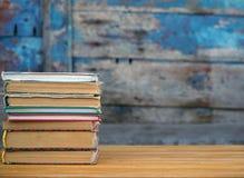 Stapel Bücher auf der Tabelle Lizenzfreie Stockbilder