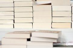 Stapel Bücher auf einem Regal Stockfoto