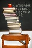Stapel Bücher auf einem Schreibtisch der alten Schule Stockbild