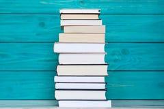 Stapel Bücher auf hölzernem Türkishintergrund Bildung concep Stockfoto