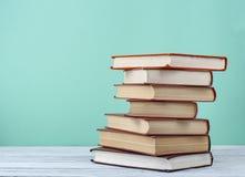 Stapel Bücher auf Holztisch Scheren und Bleistifte auf dem Hintergrund des Kraftpapiers Zurück zu Schule Kopieren Sie spase für T Lizenzfreies Stockbild