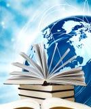 Stapel Bücher auf Kugelhintergrund Lizenzfreie Stockbilder