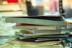Stapel Bücher auf warmem Tonhintergrund Lizenzfreie Stockfotografie