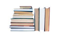 Stapel Bücher auf weißem Hintergrund Stockfotos