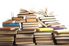 Stapel Bücher auf weißem Hintergrund getrennte alte Bücher Zurück zu Schule Stockfotografie