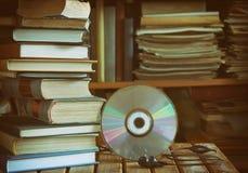 Stapel Bücher, Bibliothek, CD, Kopfhörer stockbild