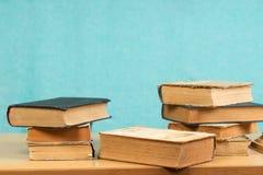 Stapel Bücher des gebundenen Buches auf Holztisch Zurück zu Schule Stockfotos