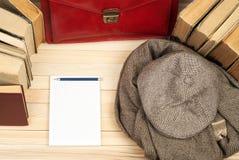 Stapel Bücher des gebundenen Buches auf Holztisch Zurück zu Schule Kopieren Sie Platz Beschneidungspfad eingeschlossen Lizenzfreie Stockfotografie