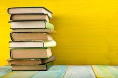 Stapel Bücher des gebundenen Buches, Tagebuch auf hölzerner Plattformtabelle und gelber Hintergrund Zurück zu Schule Kopieren Sie Lizenzfreie Stockbilder