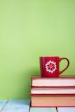Stapel Bücher des gebundenen Buches, Tagebuch auf hölzerner Plattformtabelle und grüner Hintergrund Zurück zu Schule Kopieren Sie Stockfotografie