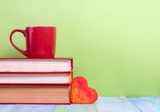Stapel Bücher des gebundenen Buches, Tagebuch auf hölzerner Plattformtabelle und grüner Hintergrund Zurück zu Schule Kopieren Sie Stockbild