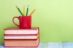 Stapel Bücher des gebundenen Buches, Tagebuch auf hölzerner Plattformtabelle und grüner Hintergrund Zurück zu Schule Kopieren Sie Lizenzfreies Stockfoto